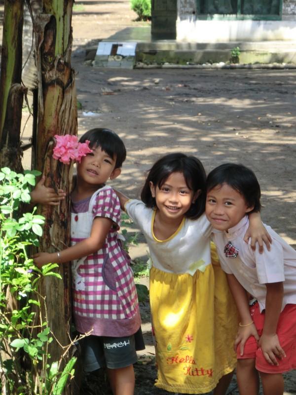 Kinder in einem Dorf in der Nähe von Pangandaran
