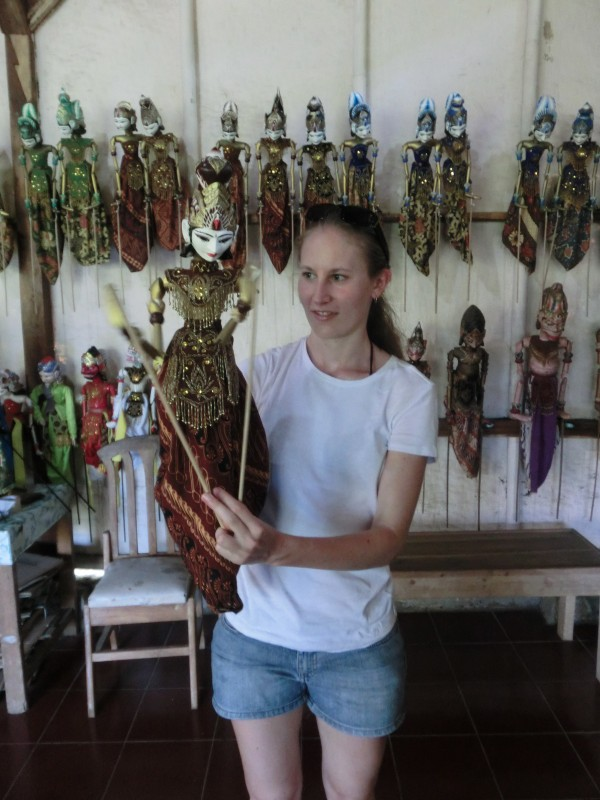 Caro und Handpuppe beim Puppenmacher in der Nähe von Pangandaran