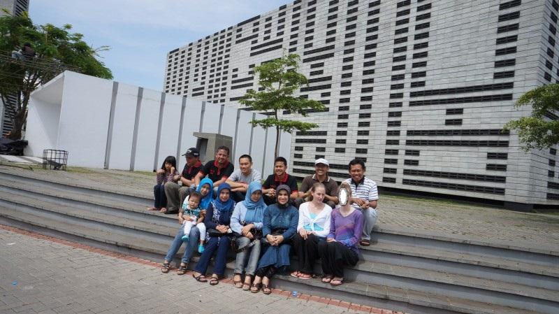 Gruppenbild von Herry, seiner Familie und Bekannten in Bandung