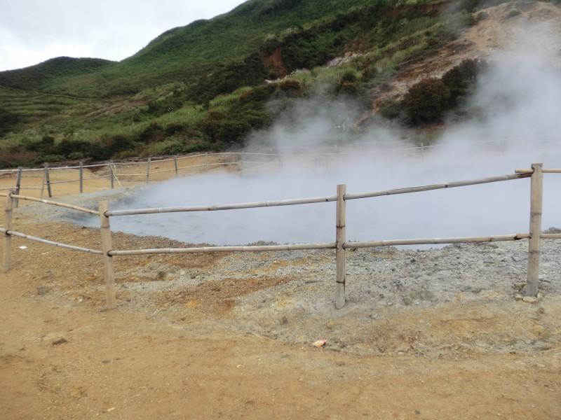 Vulkankrater mit Schwefeldämpfen