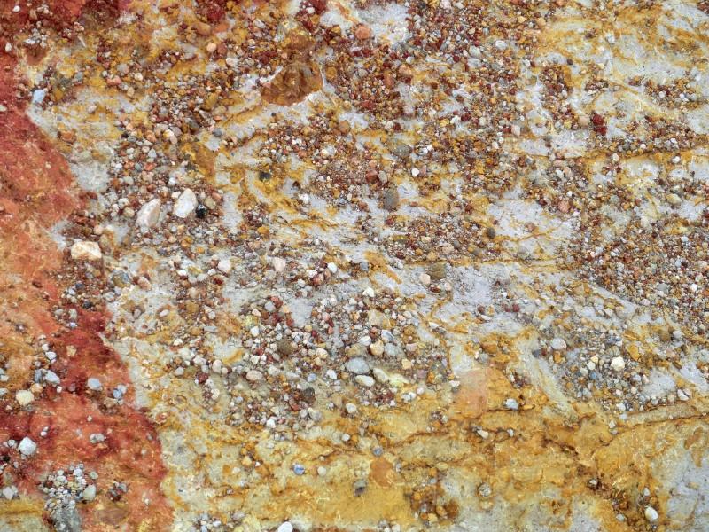 Bunter Boden durch Mineralienablagerungen