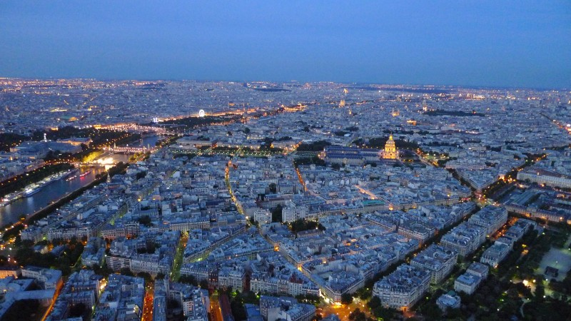 Panorama von Paris bei Nacht vom Eiffelturm aus